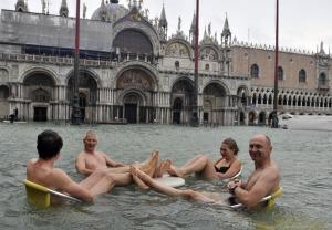 Turisti nuotano in Piazza San Marco a Venezia